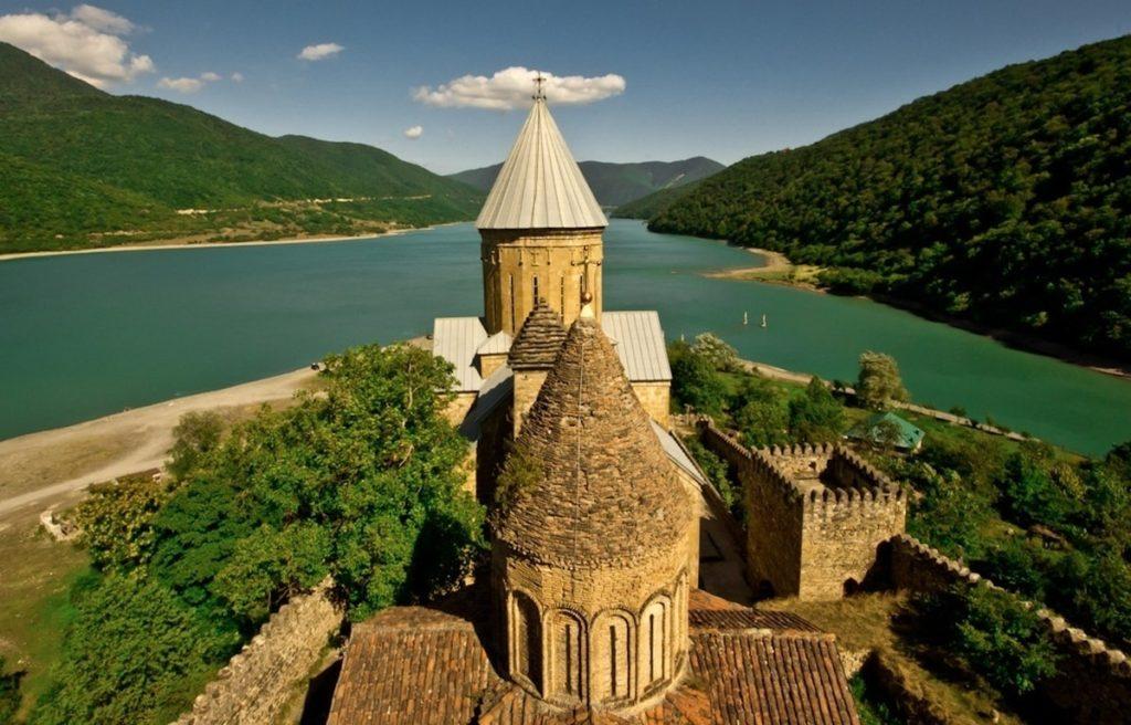 Седой Казбек и крепость Ананури