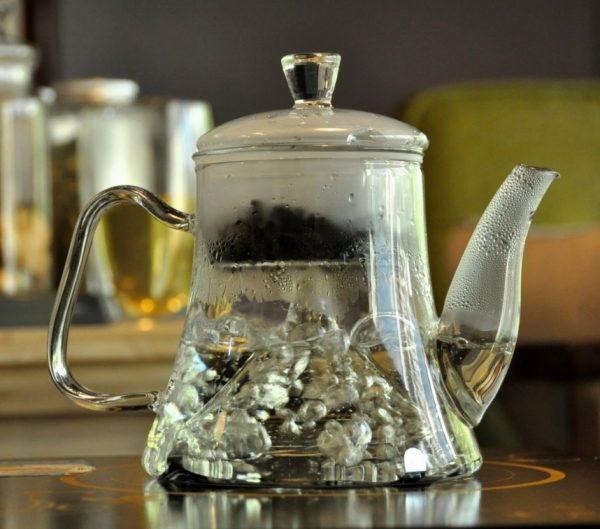 чайник с колбой кипит